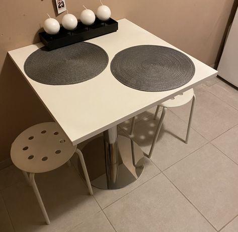 Stół na metalowej nodze