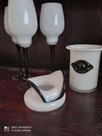 Szkło dekoracyjne mleczno- czarne kieliszki