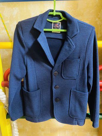 Продам трикотажный пиджак в школу.