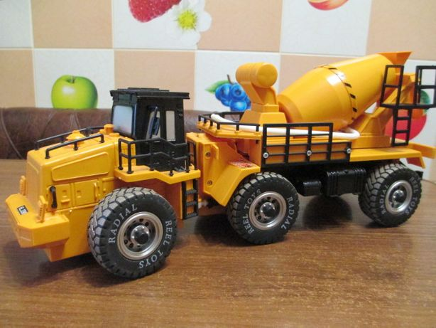 большой трактор бетоновоз от Reel Toys.