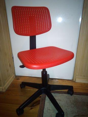 Fotelik, czerwone krzesełko obrotowe IKEA okazja