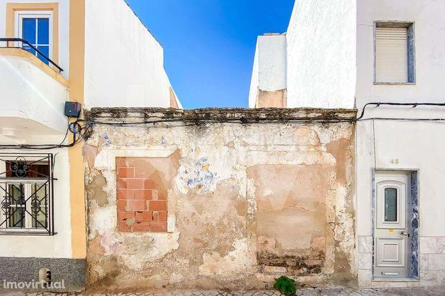 Moradia T3 para reconstrução situada na baixa de Portimão