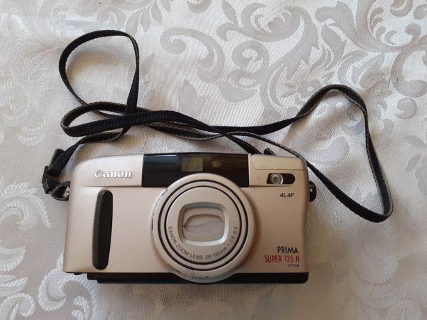 Aparat fotograficzny Canon.