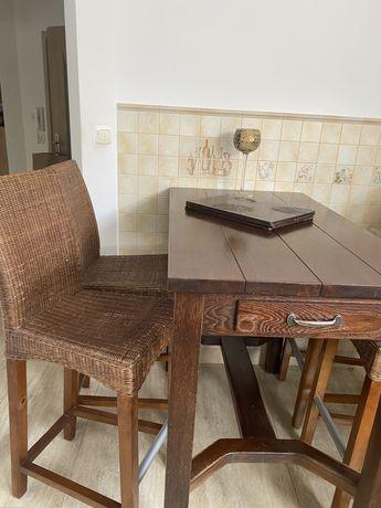 Stół oraz 4 wysokie krzesla
