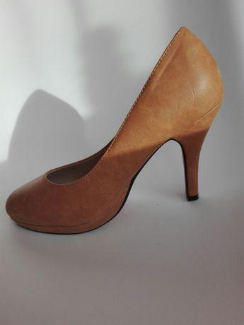 Buty na obcasie czerwona podeszwa szpilki