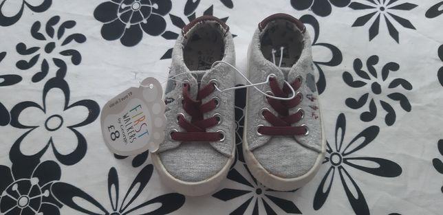 Nowe pierwsze buciki buty rozmiar 19