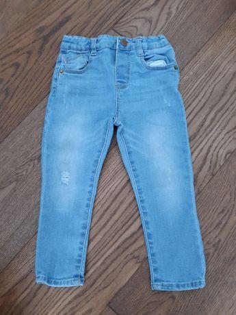 Jasnoniebieskie jeansy. Zara