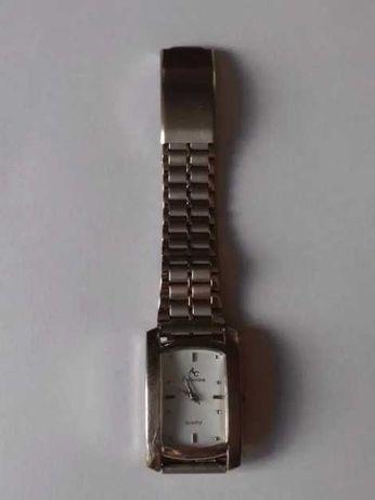 Zegarek z prostokątną tarczą w kolorze srebrnym na bransolecie