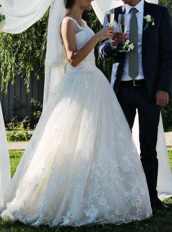 Свадебное платье дизайнера Daria Karlozi с роскошным кружевом