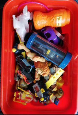 Caixas com brinquedos antigos do McDonalds