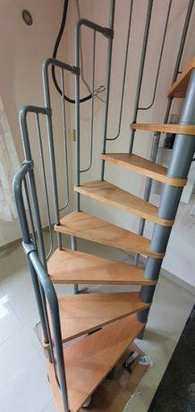 Schody wewnętrzne metalowe ze stopniami drewnianymi