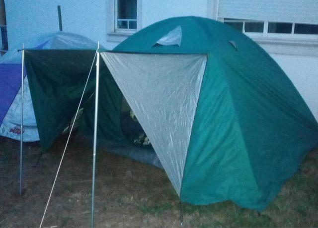 Duas tendas de campismo grandes