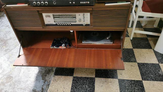 Rádio com móvel gira discos