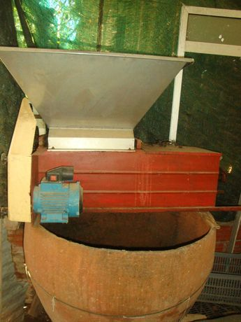 Máquina esmagadora e desengaçadora de uva + tino em barro (1metro)