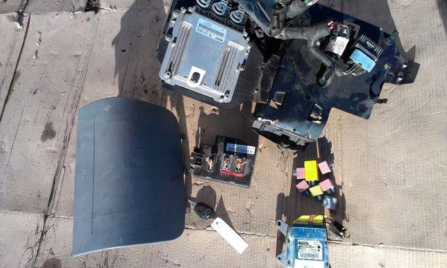 Электронный блок управления двигателем ЭБУ реле Подушка Виваро Трафик