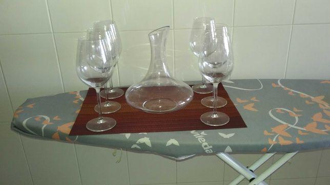 Conjunto de taças para vinho com decanter.