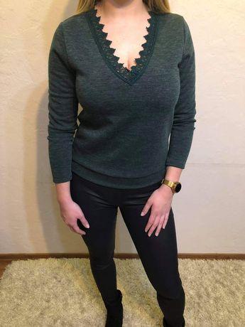 Zielony sweterek z koronką