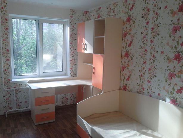 Мебель в детскую комнату: шкаф, кровать и письменный стол с полками