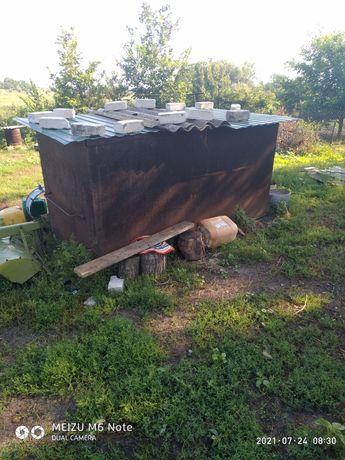 Металический ящик для зерна.