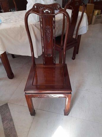 Vende-se 8 cadeiras de madeira maciça em ótimo estado