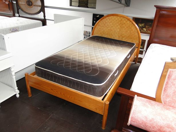 Cama de solteiro com estrado e colchão