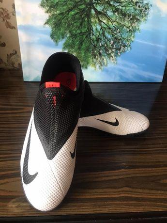 Продам футбольную обувь
