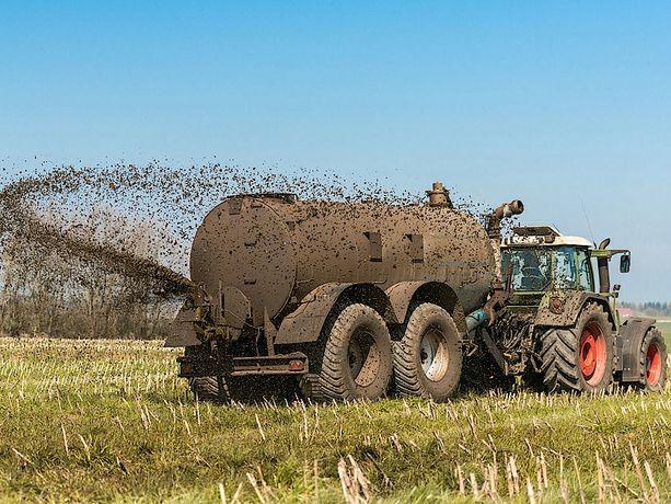 Usługi rolnicze - Wożenie gnojowicy, rozlewanie gnojówki, beczkowóz