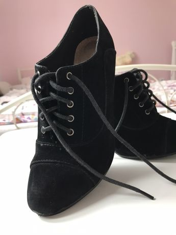Czarne wiazane botki na szpilce
