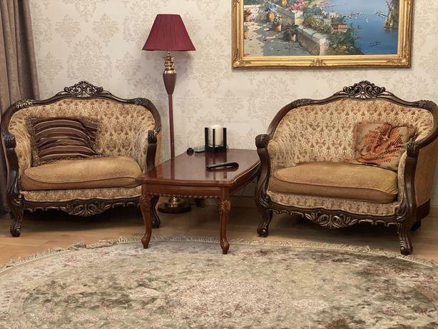 Диван и два больших стула