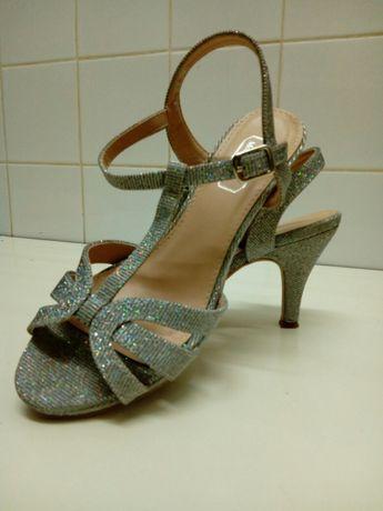 """Sandálias prateadas lindas"""""""