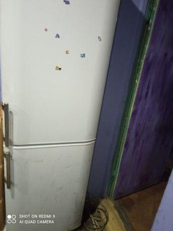 Холодильник арістон.На запчастини або під відновлення.