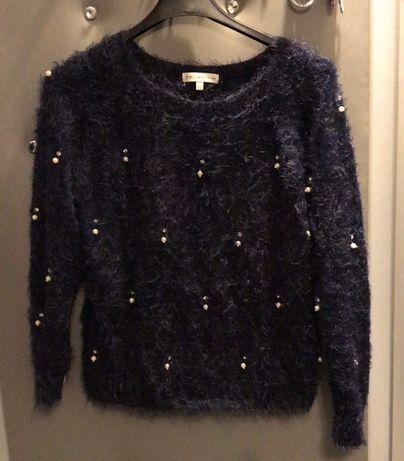 Granatowy włochaty sweterek z perełkami