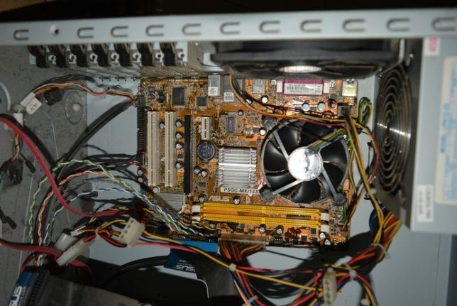 Caixas de Pc ainda com alguns componentes para desocupar