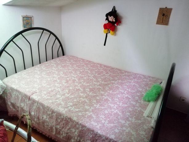 Cama com colchão de casal mais 2 mesas de cabeceiras