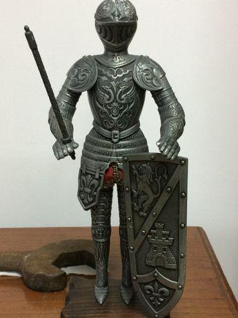 Estatueta de guerreiro da idade média em metal