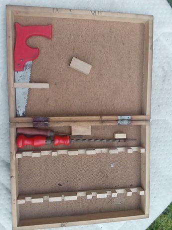 Stara zabawkowa skrzyneczka na narzędzia