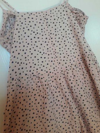 Zwiewna lekka sukienka na pudrowe guziczki