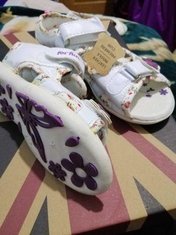 Лот новенькой обуви для девочек.