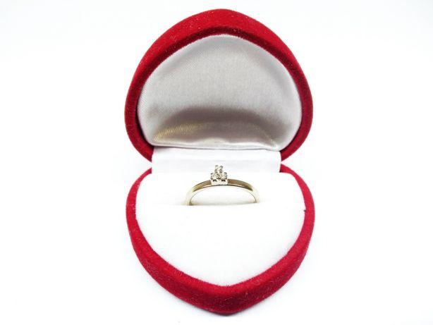 Pierścionek z białego złota z trzema cyrkoniami p.585 1,95g