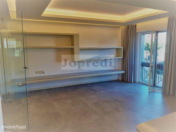 Apartamento T3 completamente remodelado na Qta das Palmei...