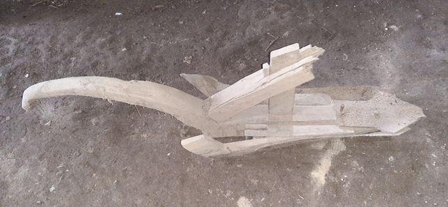 Arado antigo de madeira e ferro