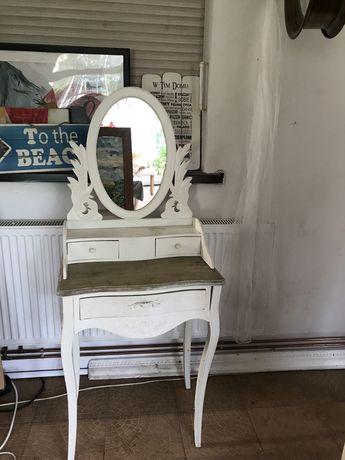 Toaletka biała krem w stylu rustykalnym w dobrym stanie z szufladami