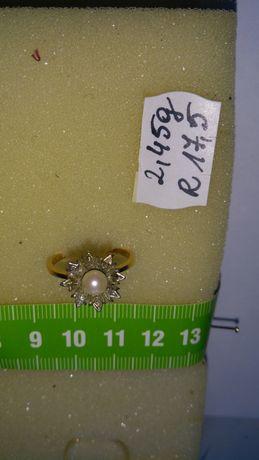Pierścionek złoty z diamentami i perłą w cenie 3800 zł