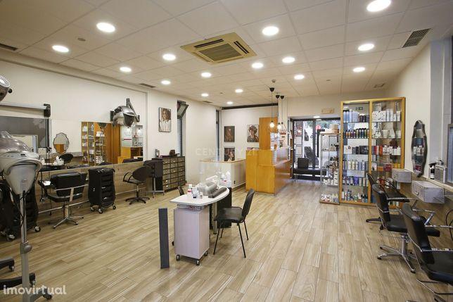 Trespasse cabeleireiro no Centro de Carnaxide