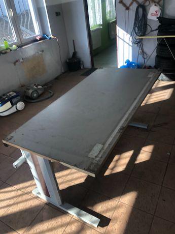 Stół warsztatowy elektrycznie regulowany
