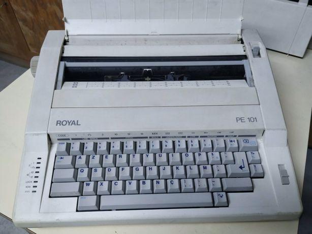 Maquina de escrever eléctrica marca Royal modelo PE 101