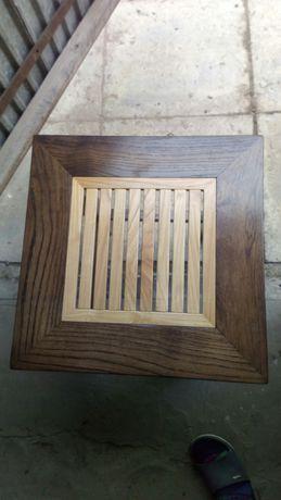 Stolik drewniany z kratką