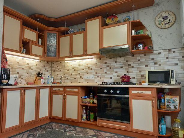 Кухня з технікою та раковиною