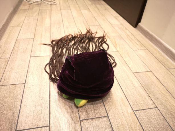 Czapka z włosami, warkoczyki