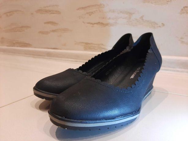 Buty damskie na niskim koturnie